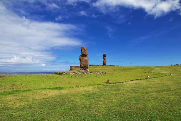 Rapa nui. a estátua moai em ahu tahai na ilha de páscoa, chile