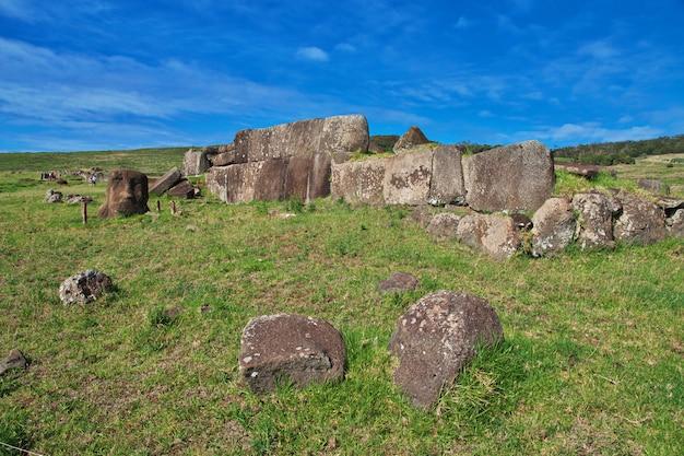 Rapa nui. a estátua moai em ahu vinapu na ilha de páscoa, chile