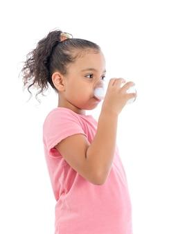 Rapariga a beber leite fresco