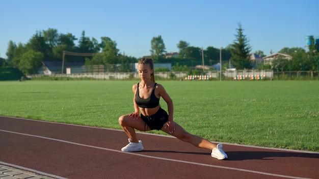 Rapariga a esticar as pernas a rodar de um lado para o outro