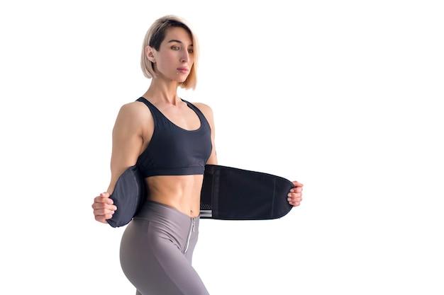 Rapariga a fazer exercícios de fitness cinto de emagrecimento isolado
