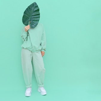 Rapariga a posar no estúdio urban style trendy fresh casual outfit