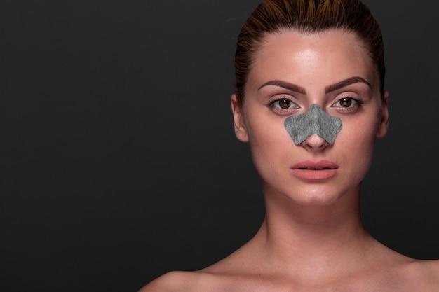 Rapariga bonito com máscara nasal