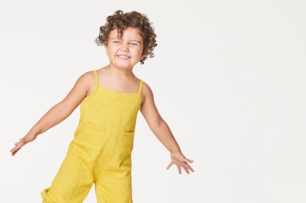 Rapariga com um macacão amarelo