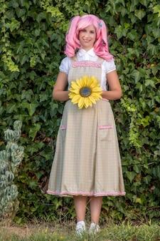 Rapariga com uma peruca rosa posando como no parque