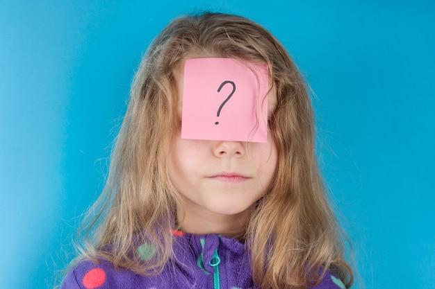Rapariga e autocolante com ponto de interrogação na testa