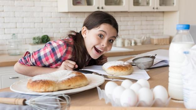 Rapariga em casa que cozinha