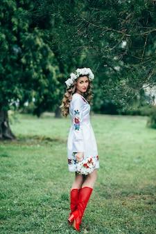 Rapariga em roupas nacionais tradicionais