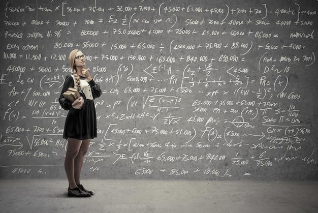 Rapariga estudante a pensar em uma solução