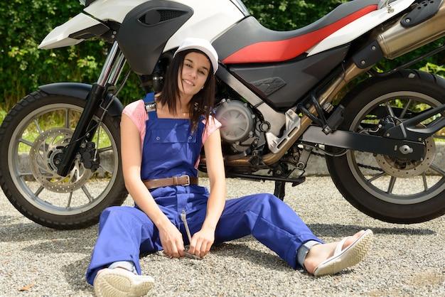 Rapariga estudante em mecânica de motos
