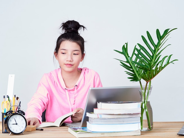 Rapariga estudante trabalhando no laptop.