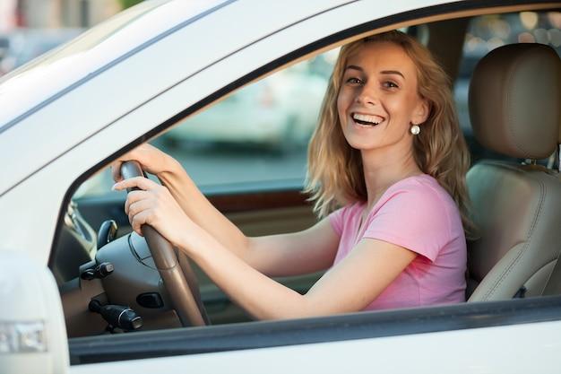 Rapariga loira a conduzir