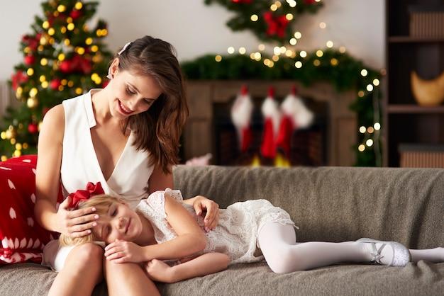 Rapariga loira a descansar na sala de estar