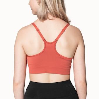 Rapariga loira com sutiã esportivo vermelho para sessão fotográfica de roupas esportivas