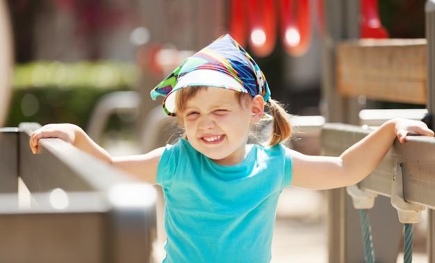 Rapariga na área de recreação no dia ensolarado