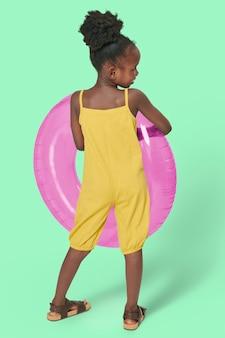 Rapariga negra de corpo inteiro de costas com argola de natação