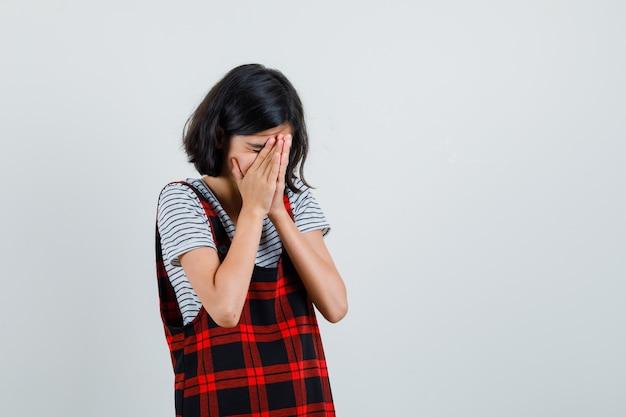 Rapariga pré-adolescente com t-shirt