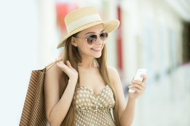 Rapariga que olha seu smartphone