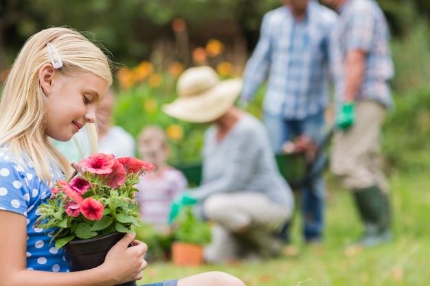 Rapariga sentada com vaso de flores