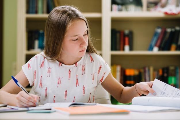 Rapariga sentada e estudando