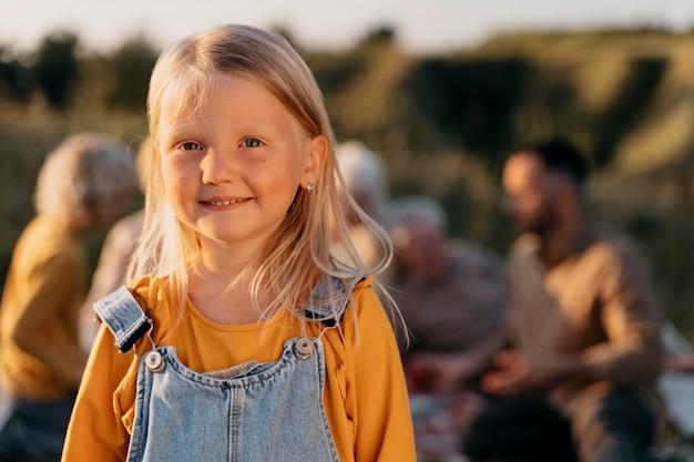Rapariga sorridente com tiro médio ao ar livre