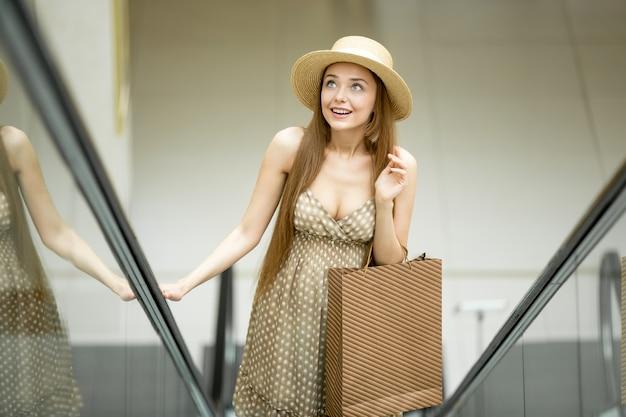 Rapariga subir uma escada rolante