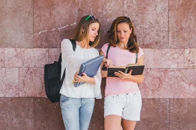 Raparigas com livros