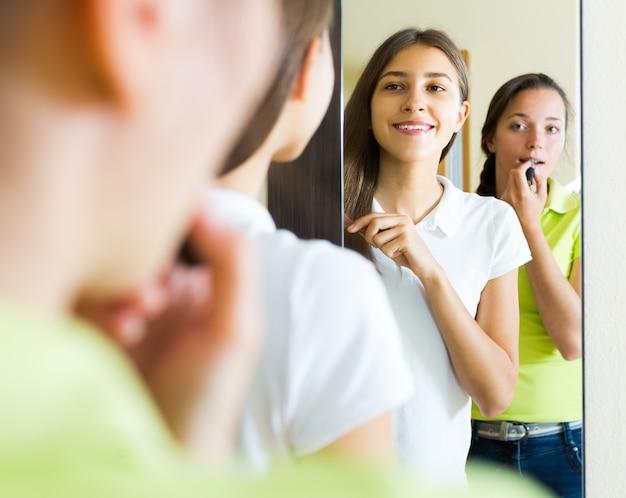Raparigas fazendo maquiagem para festa