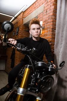 Rapaz adolescente ruivo na motocicleta, cabeleireiro de cortes de cabelo na barbearia.
