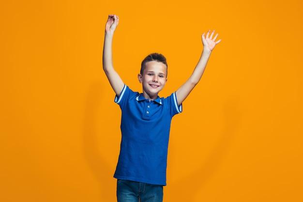 Rapaz adolescente sucesso feliz comemorando ser um vencedor. imagem energética dinâmica do modelo feminino