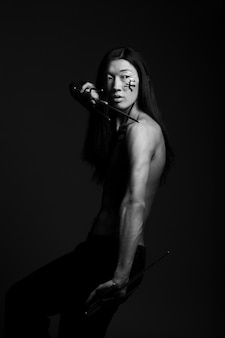 Rapaz asiático com armas pretas