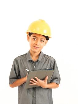Rapaz asiático com engenheiro e segurança chapéu amarelo sobre fundo branco
