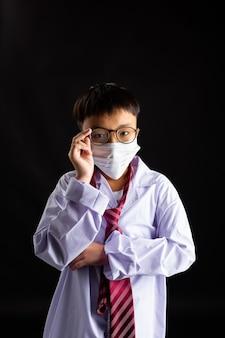 Rapaz asiático com máscara