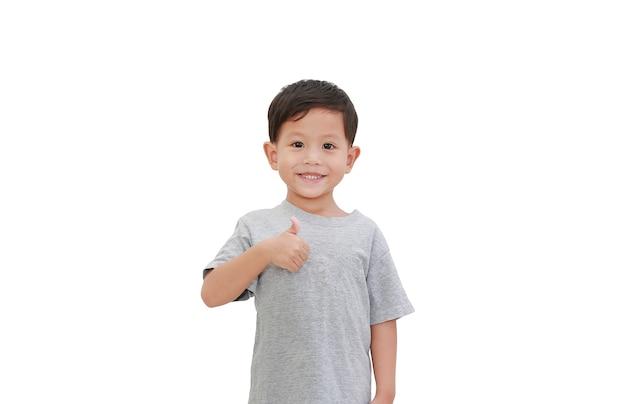 Rapaz asiático com o polegar para cima