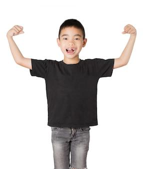 Rapaz asiático de sorriso com dente quebrado, forte no fundo branco