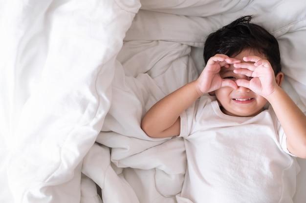 Rapaz asiático em casa na cama