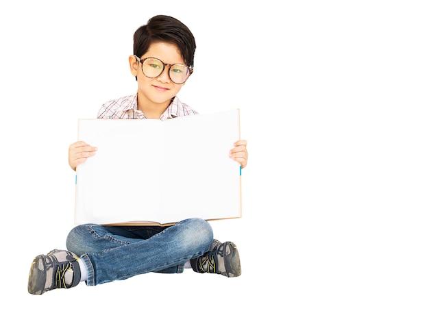 Rapaz asiático está alegremente mostrando o livro vazio