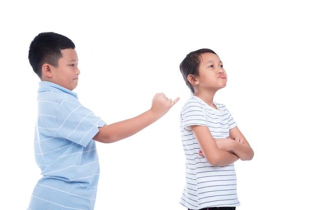 Rapaz asiático pedir uma menina para reconciliar sobre fundo branco