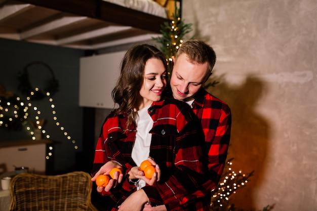 Rapaz beijando sua adorável namorada e sentindo felicidade ao comemorar as férias de inverno juntos