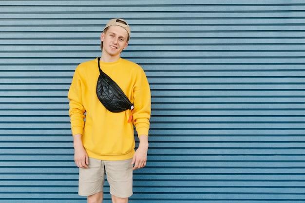 Rapaz bonito com carrinhos streetwear elegantes