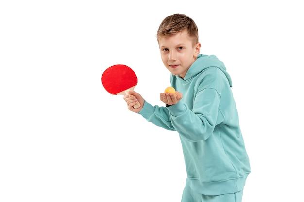 Rapaz bonito em terno cor de vinho joga pingue-pongue isolado no branco. esportes