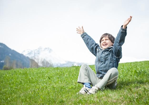 Rapaz com lindas férias de primavera em alpes idílicos