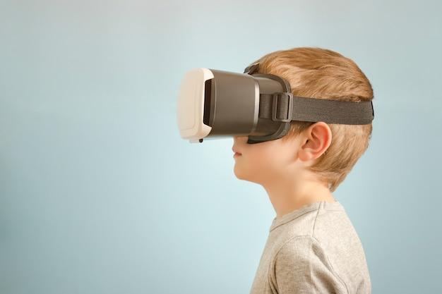 Rapaz com óculos de realidade virtual. azul