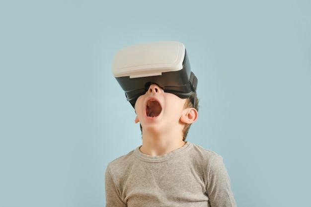 Rapaz com óculos de realidade virtual.
