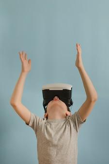 Rapaz com óculos de realidade virtual