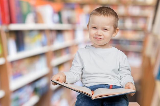 Rapaz com um livro