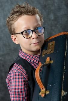 Rapaz com uma mala
