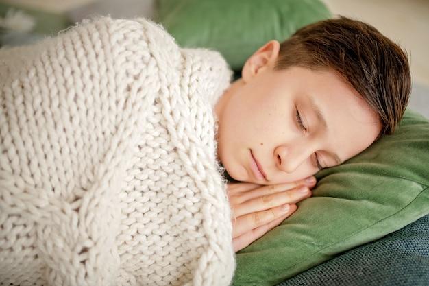 Rapaz dorme em uma acolhedora sala de estar