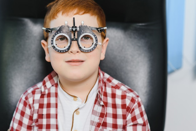 Rapaz, escolhendo óculos na loja de ótica.