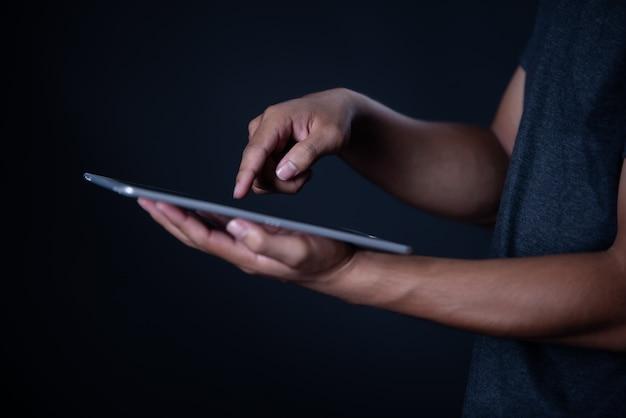 Rapaz estudante usando laptop, aprendizagem on-line, educação